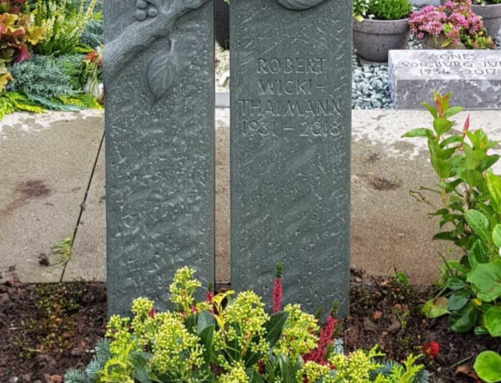 Kirschen-Motiv in Sandstein